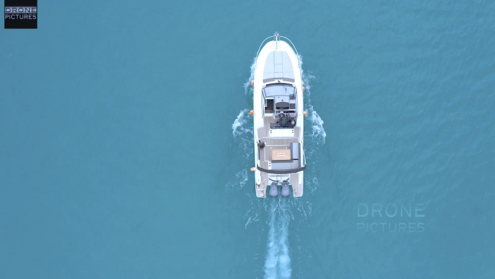 Vue aérienne d'un bateau naviguant au large de Cannes, Alpes-Maritimes, prise de vue par drone © Drone-Pictures Marseille
