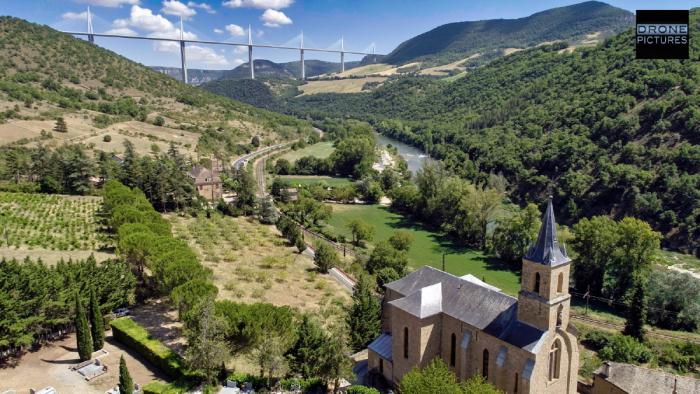 Vue aérienne du Viaduc de Millaudepuis l'église de Peyre Eglise, prise de vue par drone - Aveyron - © Drone-Pictures