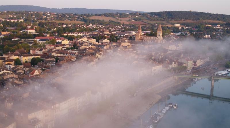 Vue aérienne de Tournus et de la Saône au petit matin