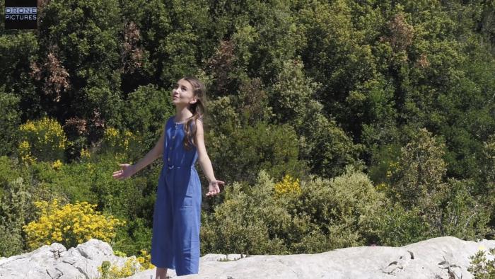 Vue drone de la chanteuse Angelina pour son clip C'est si beau ici, tourné à la Sainte-Baume, vue drone © Drone-Pictures