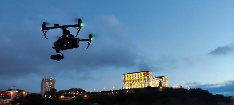 Inspire 2 en vol devant le Palais du pharo début de nuit 2 - © Drone-Pictures
