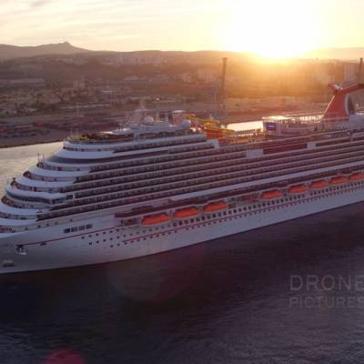 Vue aérienne par drone du bateau de croisière carnival arrivant au Terminal croisière du Port de marseille, au levé du soleil, France