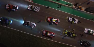 Topshot d'une course automobile nocturne